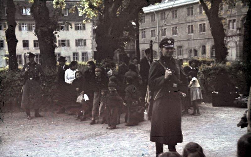 Bundesarchiv_R_165_Bild-244-52,_Asperg,_Deportation_von_Sinti_und_Roma