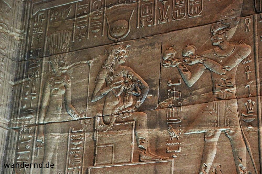 Isis stillt den Horus Knaben