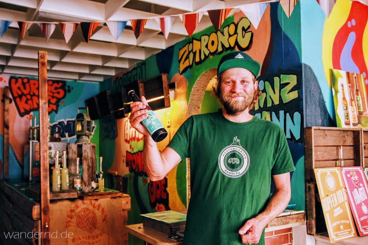 Kris Emmerling verbindet die Gärtnertradition seiner Familie mit neuen Ideen. Bei ihm bekommt man nicht nur Bier, sondern auch Hopfenwhiskey, Biereis, Hopfenbonbons und Hopfenkissen