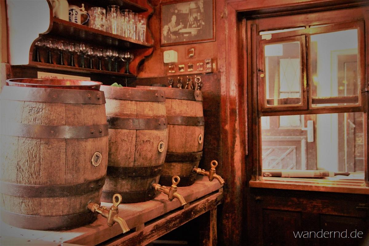Junges Bier aus alten Fässern. Hier schenkt man noch aus Holzfässern aus
