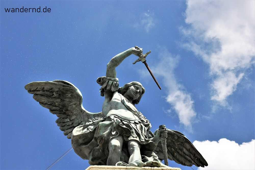 Erzengel Michael: Darstellung auf der Engelsburg, die auf eine Sage zurückgeht, nach der das Ende der Pest angezeigt wurde durch eine Erscheinung des Heiligen, der sein Schwert in die Scheide steckt.