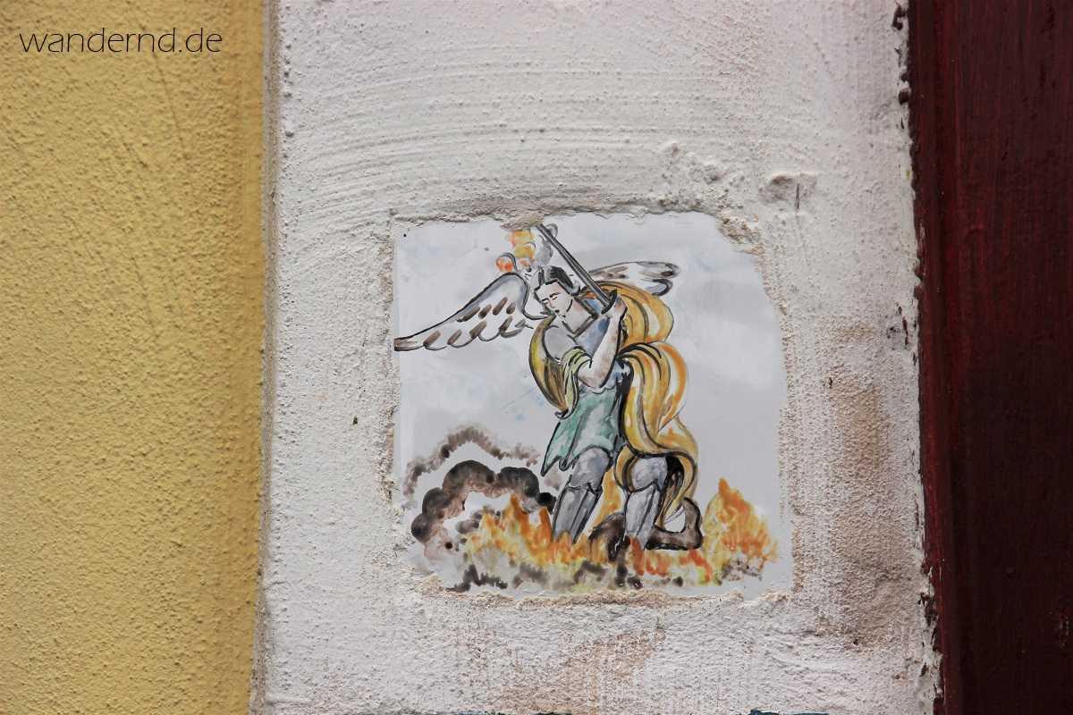 St. Michael auf einer Majolika-Kachel in Procida, wo sich an der höchsten Stelle der Insel ebenfalls ein Michaelsheiligtum befindet