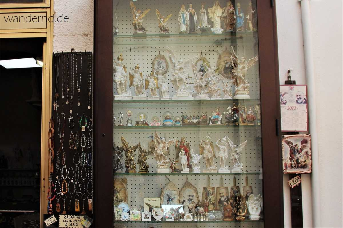 Souvenirs am Monte Sant' Angelo: Neben Darstellungen des Erzengels dominiert Padre Pio das Angebot. Sein Wirkungsort liegt nur wenige Kilometer entfernt