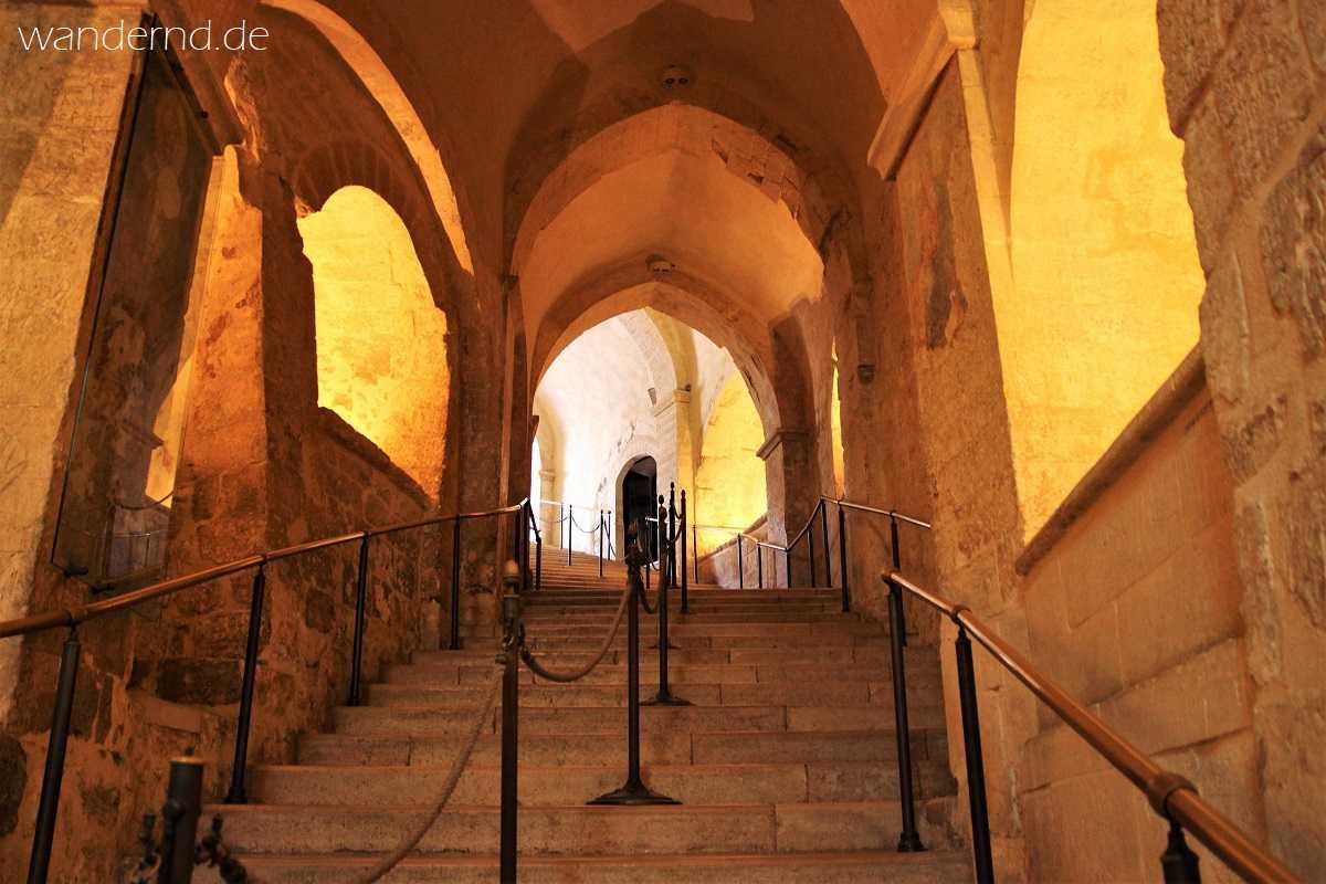Monte Sant' Angelo: 86 Stufen führt die Treppe aus der Anjou-Zeit wieder hinauf