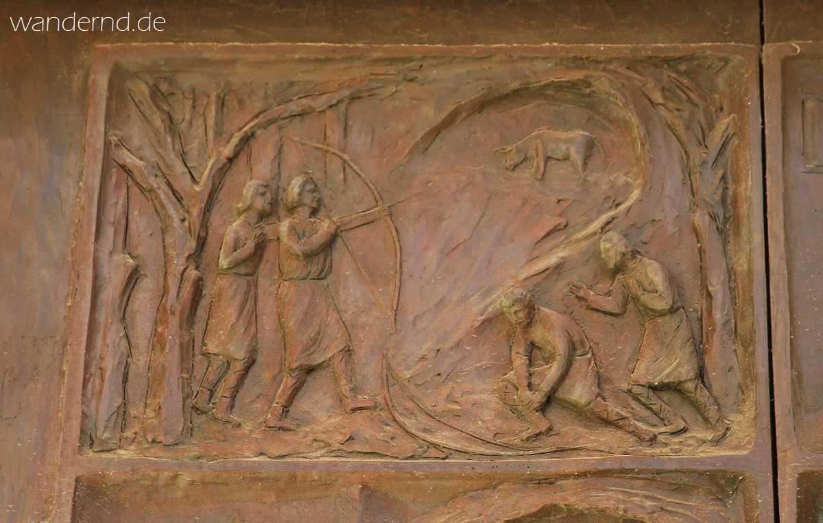 Die Legende von Gargano dargestellt auf einer Tür am Monte Gargano