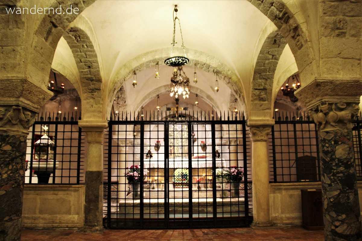 Die Reliquien des Heiligen Nikolaus liegen in der Krypta von Bari