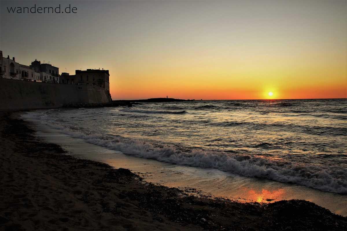 Rundreise durch Apulien: Sonnenuntergang am Stadtstrand von Gallipoli
