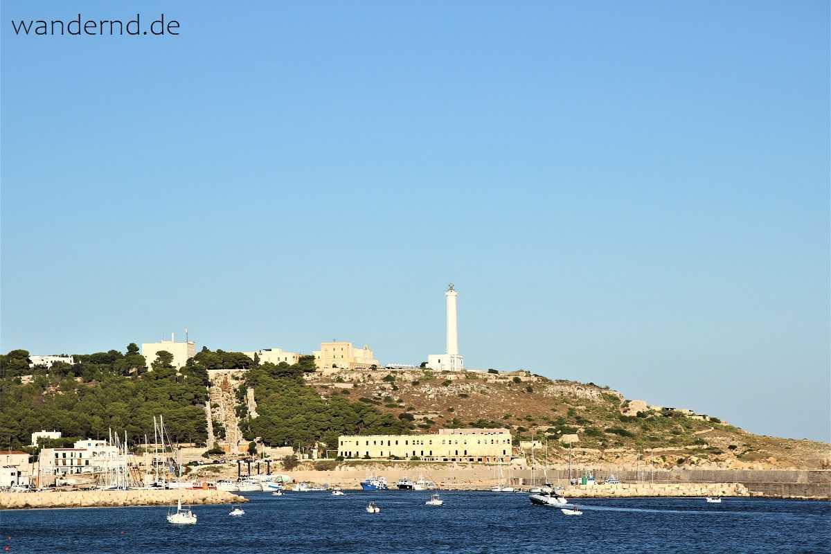 Der südlichste Punkt unserer Rundreise durch Apulien: Santa Maria di Leuca. Blick vom Hafen auf den Leuchtturm und die Basilika.
