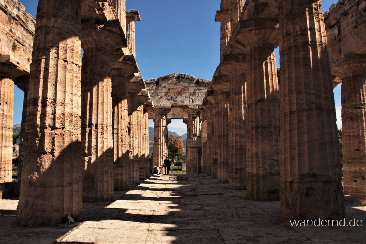 Im Poseidontempel von Paestum Italien
