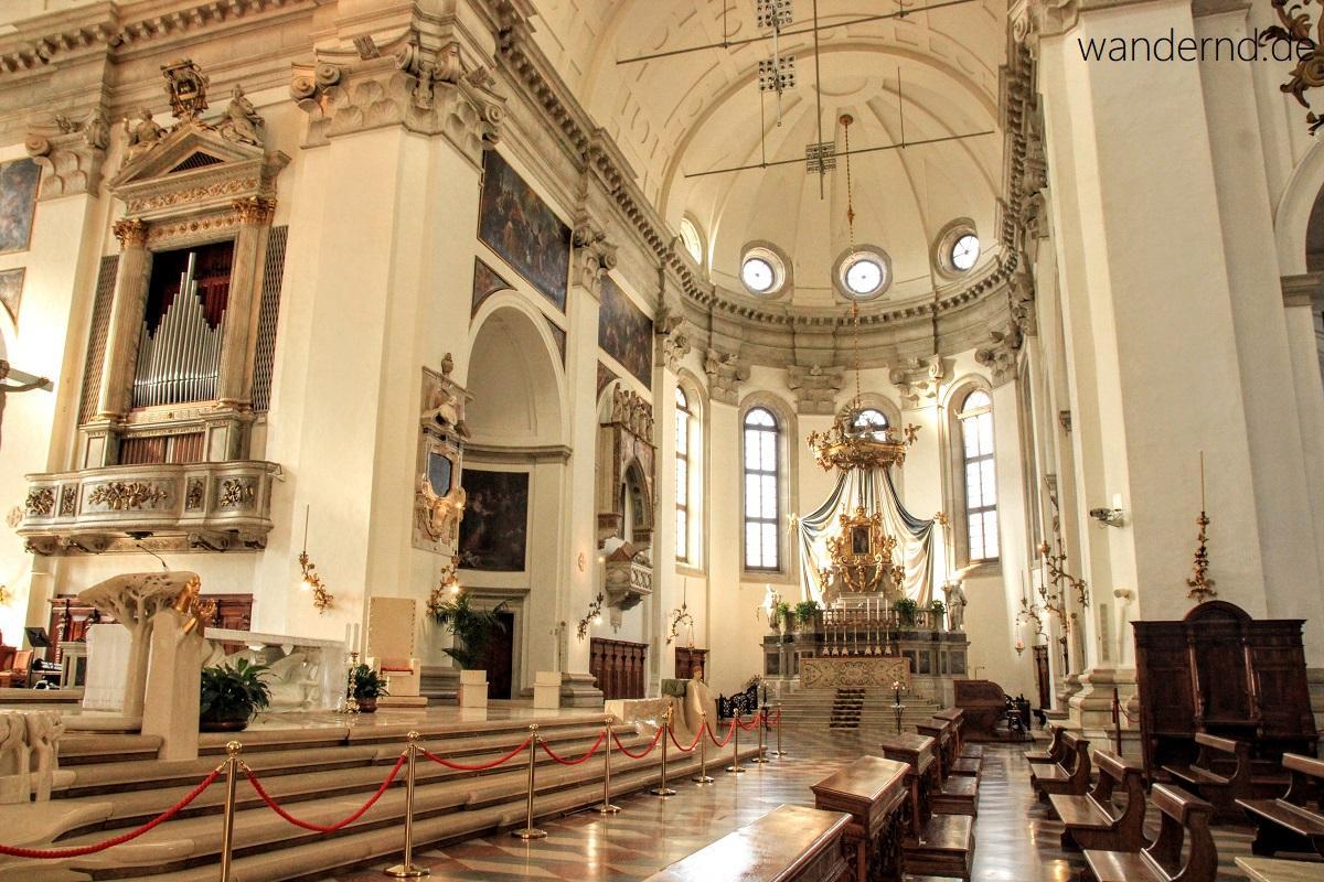 Padua Sehenswürdigkeiten: Der Dom von Padua. Blick zu einem Seitenaltar