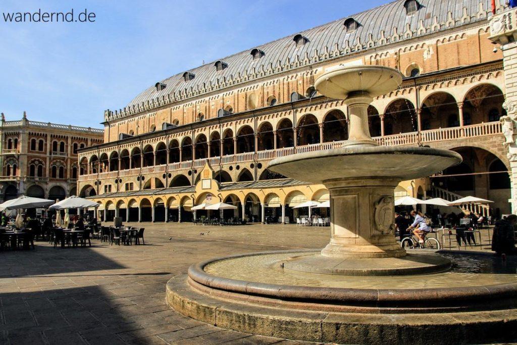 Padua Sehenswürdigkeiten: Palazzo della Ragione auf der Piazza delle Erbe. So leer ist es hier nur am Sonntag Morgen. An den anderen Tagen herrscht hier reger Marktbetrieb