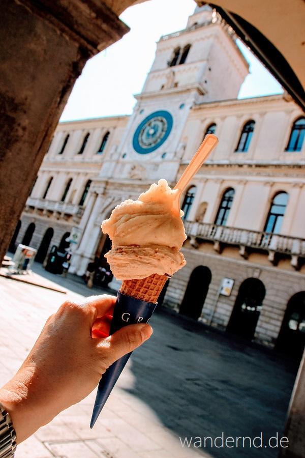 Eisessen auf der Piazza dei Signori. Früher regierte von hier die Venezianische Herrschaft