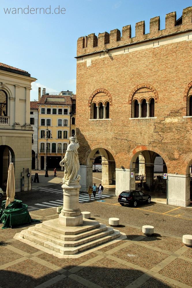 Palazzo dei Trecento mit den Markierungen, die die Zerstörungen des Zweiten Weltkriegs anzeigen