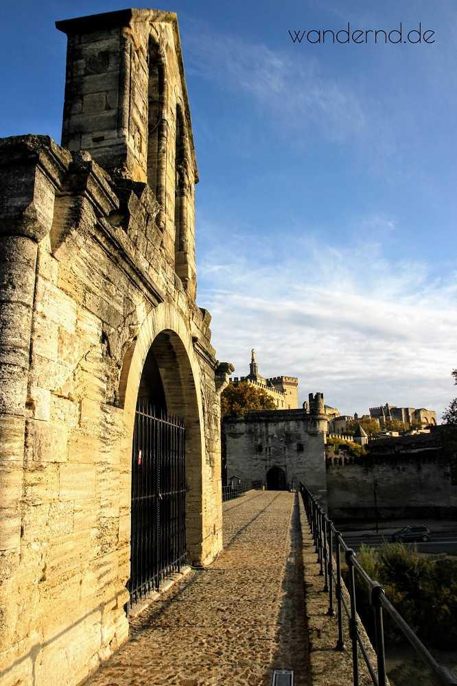 Auf der Brücke von Avignon. Ziemlich eindeutig: Hier kam kein Fuhrwerk vorbei