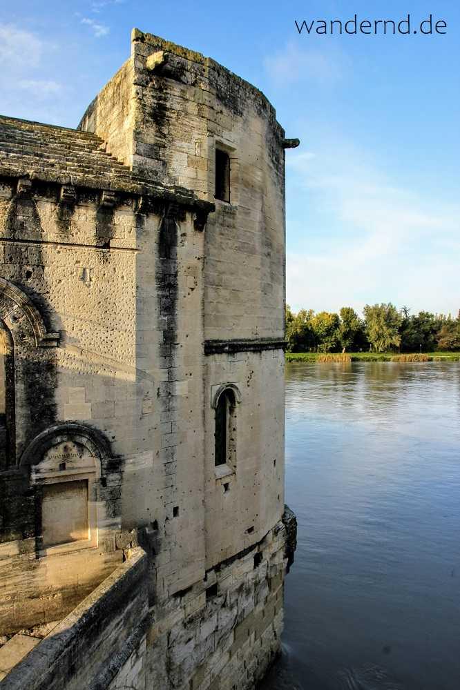 Sehenswürdigkeiten: Eine Brückenkapelle auf dem Pont Bénézet in Avignon