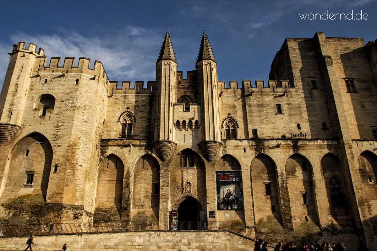 Avignon Sehenswürdigkeiten Papstpalast Aussenansicht