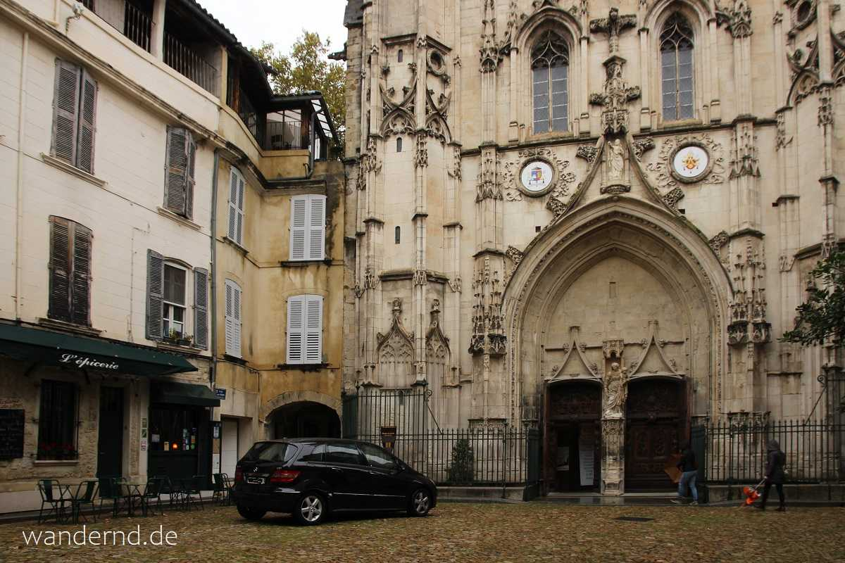 Die gotische Fassade der Kirche St. Pierre