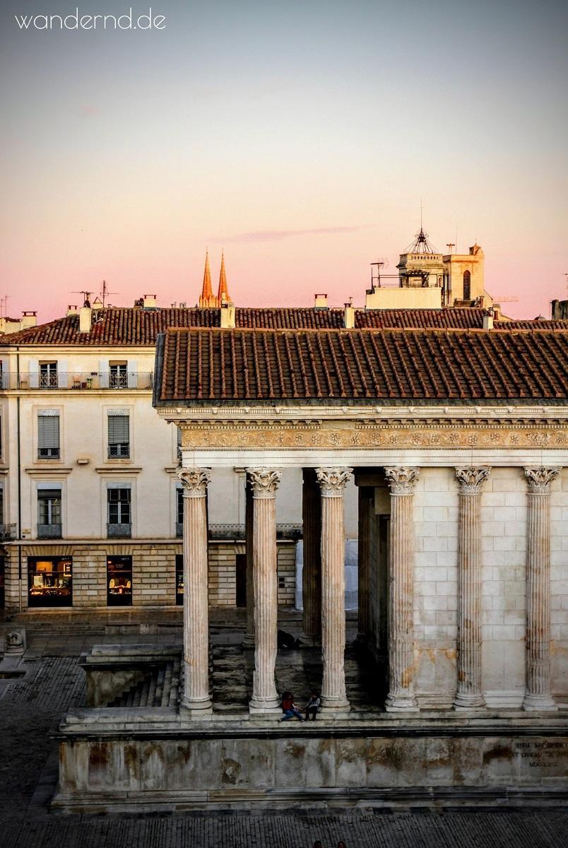 Nimes Sehenswürdigkeiten: Blick vom Carré d'Art auf das Maison Carré