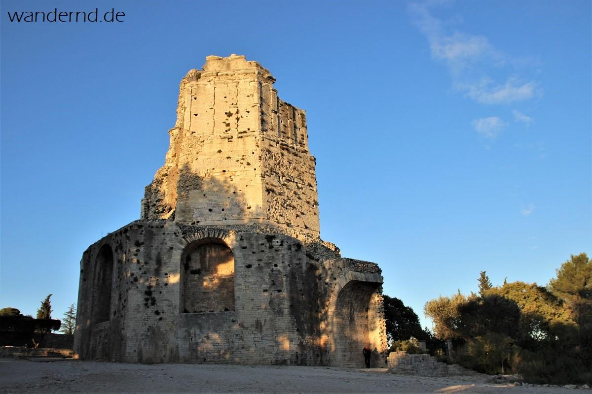 """Der Tour Magne, der """"Große Turm"""", stammt noch aus keltischer Zeit und wurde in die römische Stadtbefestigung integriert"""