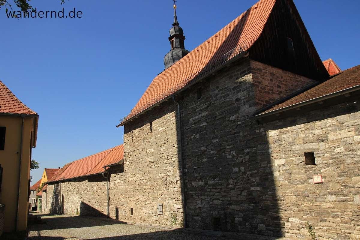 Bis zu 5 m hoch sind die Außenmauern der Kirchenburg in Hüttenheim